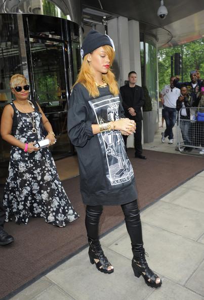Rihanna+looks+downbeat+leaves+London+hotel+iWkBdQmc0fll