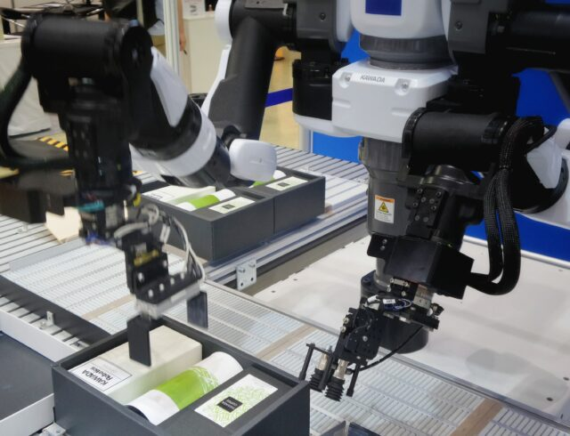 Robot AI packing boxes