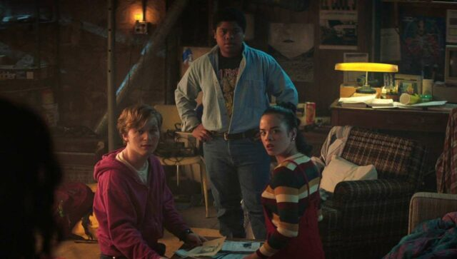 FEAR STREET PART 1: 1994 - (L-R) KIANA MADEIRA as DEENA, FRED HECHINGER as SIMON, BENJAMIN FLORES JR. as JOSH, JULIA REHWALD as KATE, and OLIVIA WELCH as SAM. Cr: Netflix © 2021